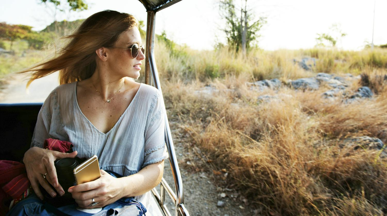 Featured | woman traveling | How To Keep Your Gut Health Happy While Traveling | best probiotics for travel | gut healthy while traveling