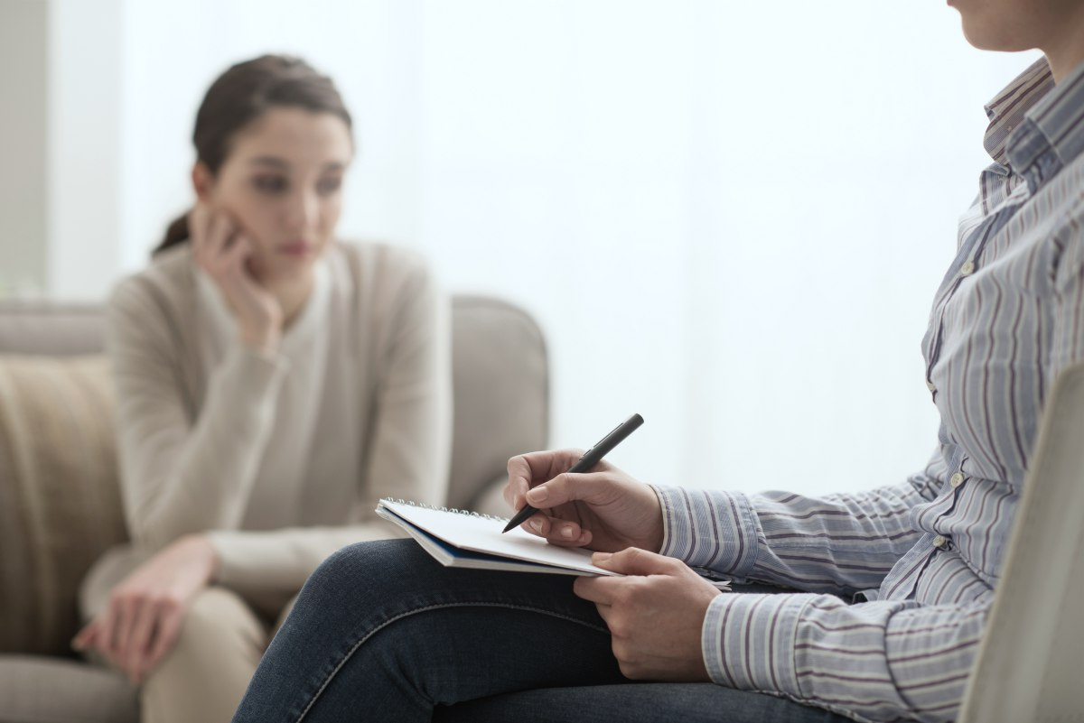 psychologist and patient discussing | Trauma Therapy Methods For PTSD | trauma therapy | trauma-focused therapy