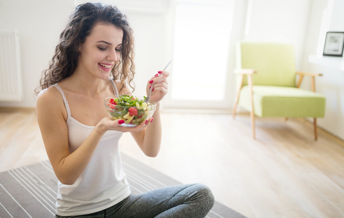 woman eating salad | Great Low Cholesterol Recipes You Can Enjoy At Any Age | low cholesterol dinner recipes